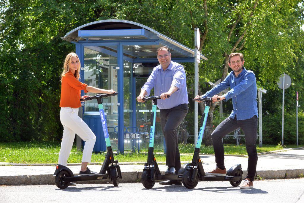 Claudia Sagmeister und MVG-Chef Ingo Wortmann mit Philipp Reinckens von TIER Mobility (v.l.) auf den neuen Tier-Scootern Foto: SWM/MVG