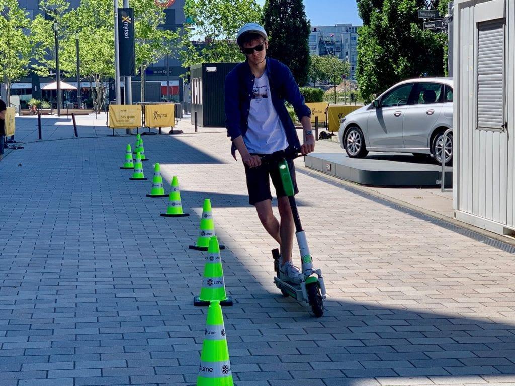 Ein Teilnehmer des Lime-Test-Parcours. Foto: Matthias Bannert / MOViNC