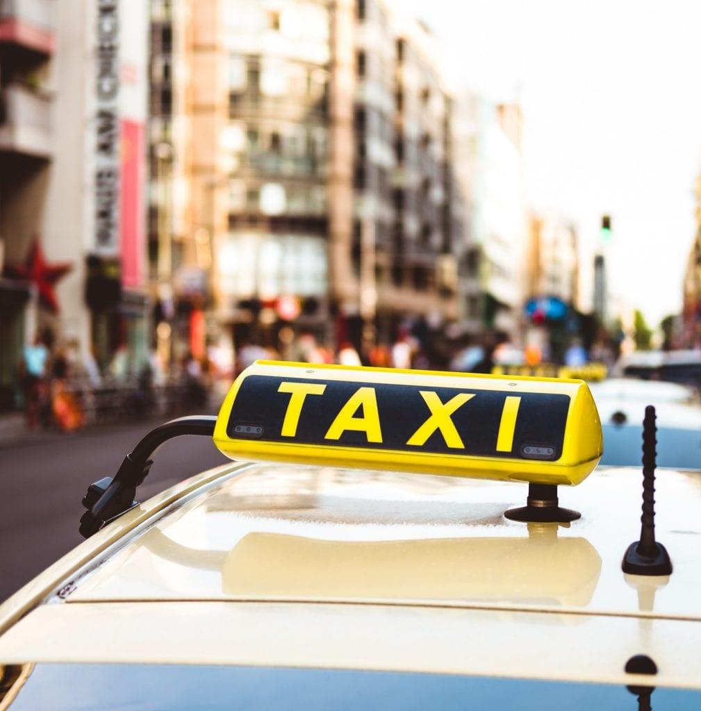 In Berlin haben Taxis mit Uber, CleverShuttle und BerlKönig viele Konkurrenten. Foto: Marc Kleen / Unsplash