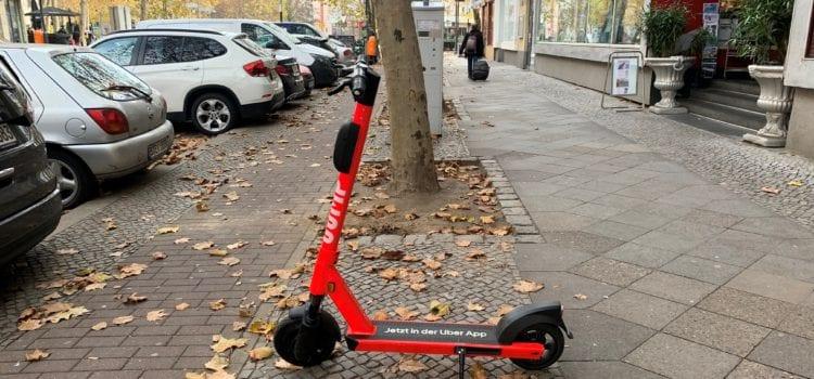 E-Scooter von Jump in den herbstlichen Straßen von Berlin. Foto: Matthias Bannert