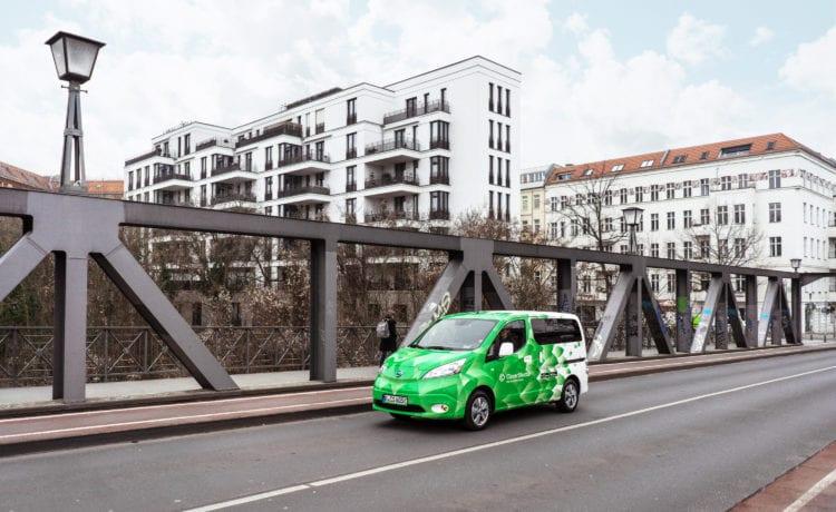 Ein London Cab von Clevershuttle fährt über eine Brücke. Credit: Clevershuttle / Finn Fredeweß