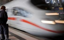 Fahrtgäste warten auf einen ICE der Deutschen Bahn. Foto: Rune Myreng
