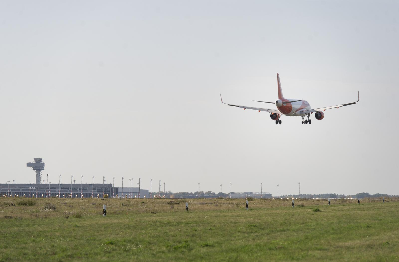 Ein Flugzeug hebt ab. Credit: © Flughafen Berlin Brandenburg GmbH / Annika Bauer
