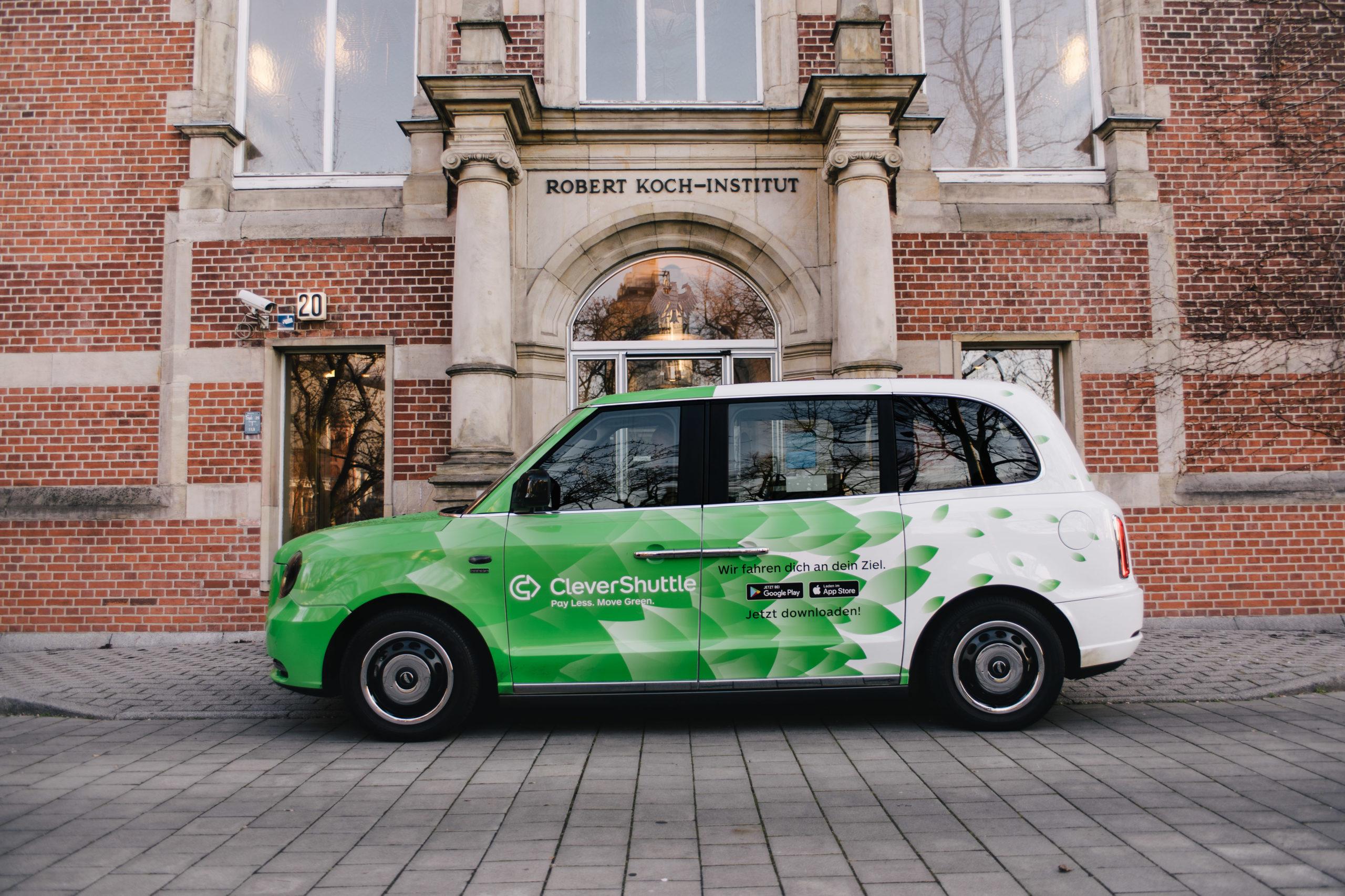 Ein Fahrzeug von CleverShuttle vor dem RKI. Credit: CleverShuttle