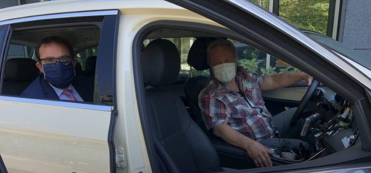 Bayerns Verkehrsstaatssekretär Klaus Holetschek mit Maske im Taxi. Foto: StMB