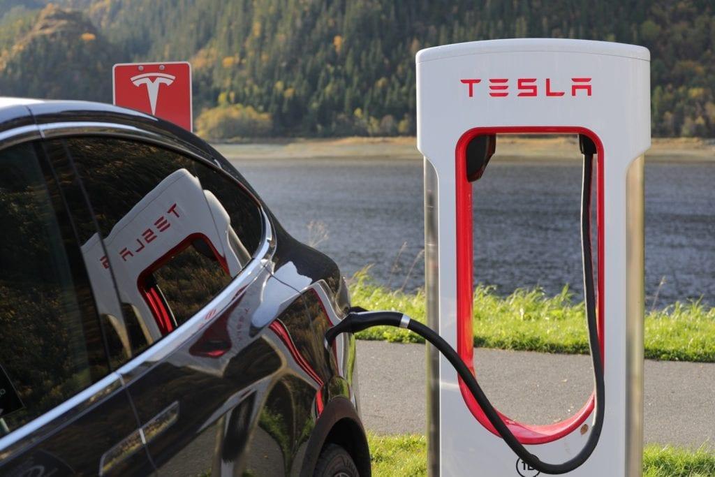 Nach eAutos und dem Model X: Tesla arbeitet schon an der nächsten Innovation. Diesmal geht es um autonome Roboter-Taxis.