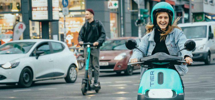 Schon lange bietet Tier per App E-Scooter zum Verleih an. In einer deutschen Stadt kommen ab sofort auch E-Mopeds dazu. Credit: Tier