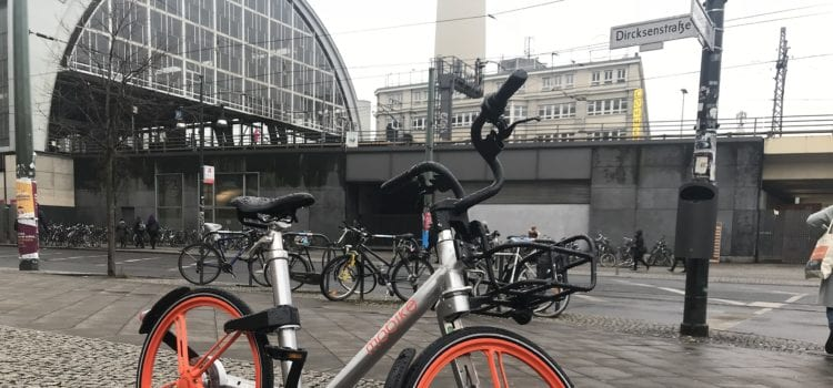 Ein Mobike-Fahrrad am Alexanderplatz. Foto: MNXANL / Wikimedia / CC BY-SA 4.0